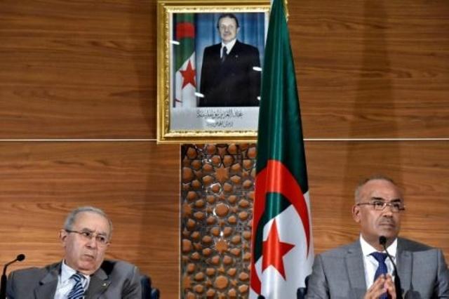 رئيس الوزراء الجزائري المكلف نور الدين بدوي (يمين الصورة) مع نائبه ووزير الخارجية رمطان لعمامرة (يسار) أثناء مؤتمر صحافي مشترك بالعاصمة الجزائرية في 14 آذار/مارس 2019.