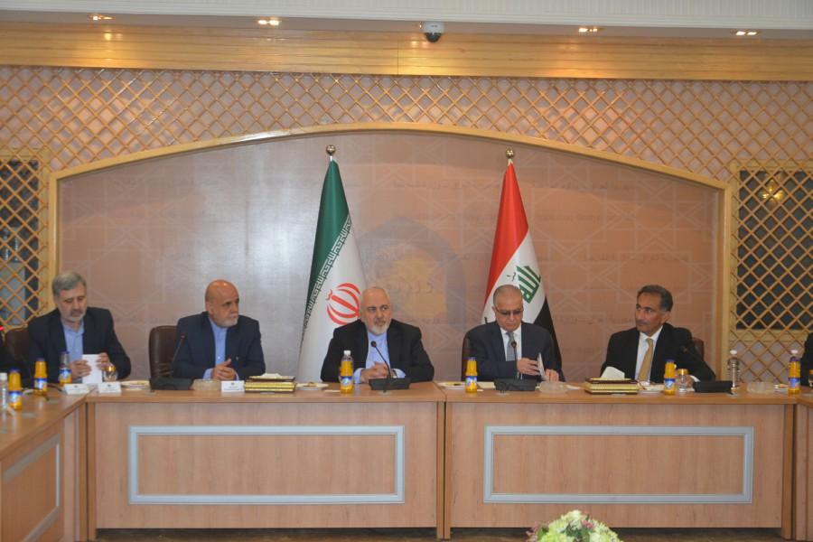 وزيرا خارجية العراق وايران الحكيم وظريف خلال مباحثاتهما في بغداد