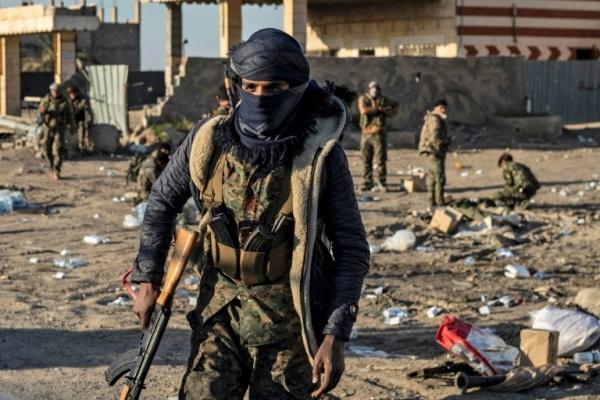 مقاتلون من قوات سوريا الديموقراطية في الباغوز في شرق سوريا في 12 مارس 2019