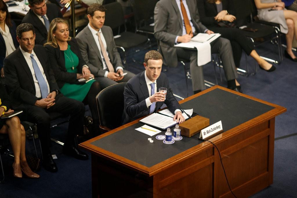 مؤسس فايسبوك خلال جلسة استماع أمام الكونغرس في أبريل الماضي