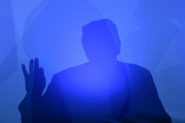 ظل الرئيس الأميركي دونالد ترمب خلال مؤتمر صحافي في اليوم الثاني من قمة حلف شمال الأطلسي في بروكسل