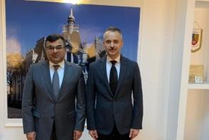 سفير الكويت لدى رومانيا طلال الهاجري مع رئيس المفتشية العامة لشرطة محافظة براهوفا اللواء ادوارد استنسكو - كونا