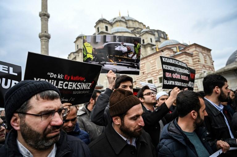 مصلون أتراك ينددون بالاعتداء في نيوزيلاندا غداة خروجهم من مسجد في اسطنبول يوم الجمعة