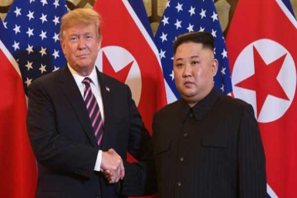الرئيس الأميركي دونالد ترمب والزعيم الكوري الشمالي كيم جونغ أون يتصافحان في مستهل قمتهما الثانية في هانوي في 27 فبراير 2019