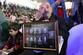 الأكراد يبكون قتلاهم في حلبجة ويستذكرون صورهم
