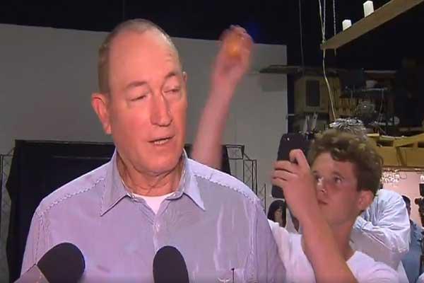 أثناء رشق السناتور الأسترالي فرايزر أنينغ ببيضة من قبل شاب غاضب