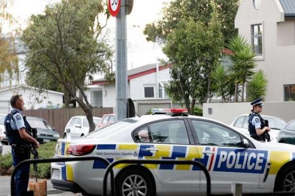 الشرطة النيوزيلندية بالقرب من مسجد النور