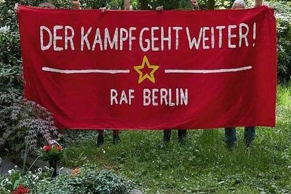 صورة للافتة الحمراء على قبر ماينهوف ببرلين