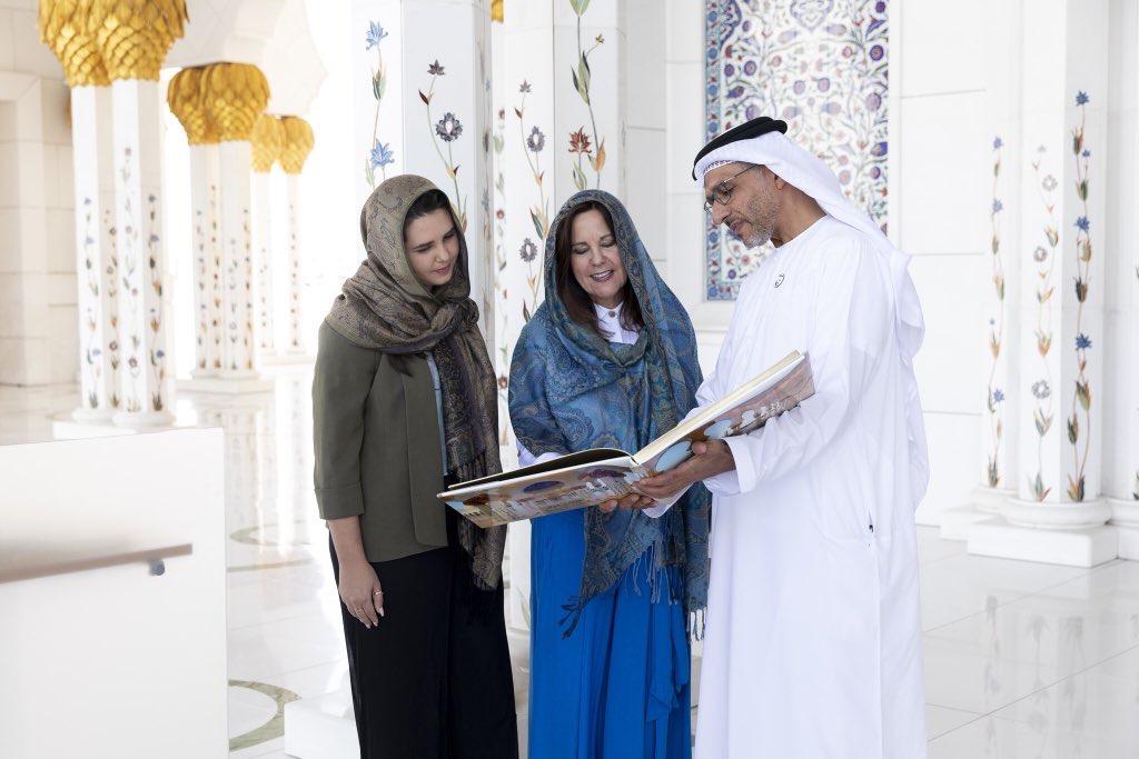 كارين بينس زوجة نائب الرئيس الأميركي في زيارة لمسجد الشيخ زايد في أبوظبي
