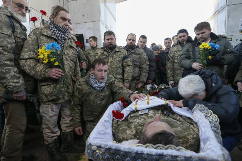 جنود أوكرانيون يودعون زميلا لهم قتل في مواجهات مع انفصاليين تدعمهم روسيا - أرشيفية