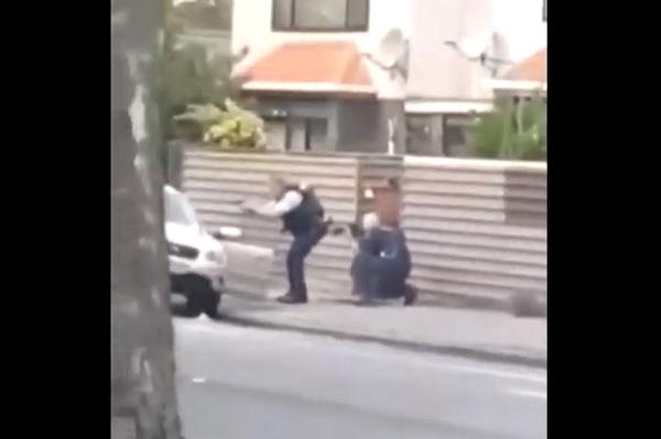 صورة من مقطع الفيديو الذي يظهر - بحسب وسائل الإعلام ومواقع التواصل - لحظة القبض على أحد منفذي هجوم المسجدين