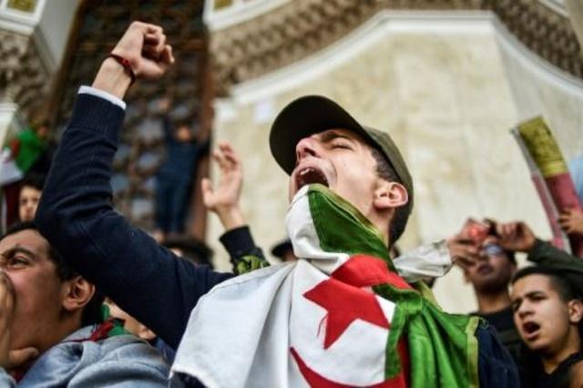 طلاب جزائريون يتظاهرون أمام مكتب البريد المركزي في العاصمة احتجاجا على ولاية خامسة للرئيس عبد العزيز بوتفليقة، الأحد 10 مارس 2019