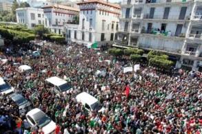 تظاهرة حاشدة قرب ساحة أول مايو في العاصمة الجزائرية في 15 مارس 2019 رفضًا لبقاء الرئيس عبد العزيز بوتفليقة في السلطة