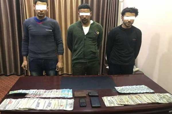 المتهمون الثلاثة الذين قاموا بتنفيذ الجريمة بعدما اتفقا مع شقيقي الخادمة على ذلك