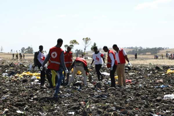 فرق من الصليب الأحمر قرب بشفوتو في إثيوبيا موقع تحطم الطائرة التابعة للخطوط الجوية الإثيوبية في 10 مارس 2019