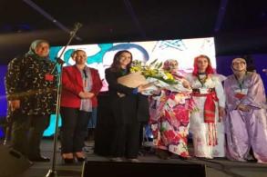 سفيرة المغرب لدى إسبانيا كريمة بنيعيش والقنصلة العامة في بيلباو فتيحة القموري مع المحتفى بهن