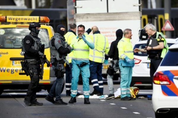 الشرطة وخدمات الطوارئ في منطقة 24 اكتوبر بلاين في مدينة اوتريخت الهولندية بعد حادث إطلاق نار