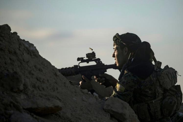 مقاتل من قوات سوريا الديموقراطية يراقب آخر مواقع تنظيم داعش في الباغوز