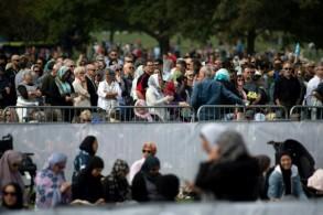 الحديقة المقابلة لمسجد النور في نيوزيلندا اكتظت بآلاف المواطنين المتعاطفين مع ضحايا الاعتداء