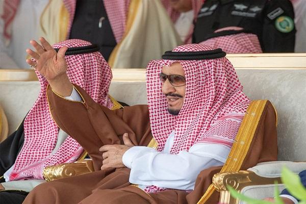 العاهل السعودي الملك سلمان بن عبد العزيز خلال افتتاح مهرجان الإبل