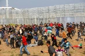 متظاهرون فلسطينيون في شرقي غزة على الحدود مع اسرائيل في الثاني والعشرين من اذار/مارس 2019