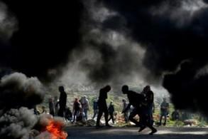 متظاهرون فلسطينيون من جامعة بيرزيت خلال مواجهات مع القوات الاسرائيلية في رام الله في 20 مارس 2019