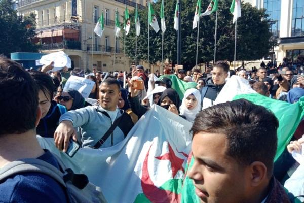 تظاهرة احتجاجا على بقاء بوتفليقة في الحكم