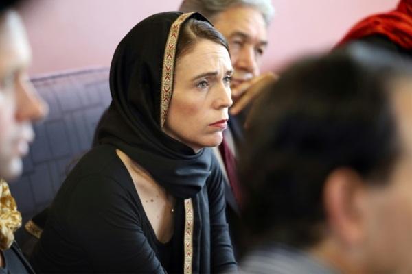 رئيسة الوزراء النيوزيلندية مرتدية غطاء للرأس أسود اللون خلال لقائها ممثلين لمركز اللاجئين في كرايست تشيرش