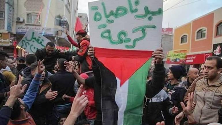 غزاويون يتظاهرون ضد سوء المعيشة في قطاع غزة