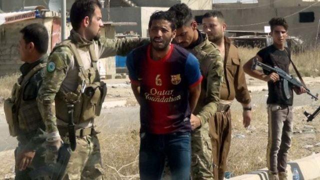 قوات كردية توقف شخصا يشبته بأنه منتسب لتنظيم الدولة داعش (AFP)