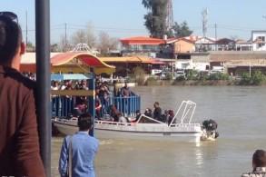 زورق للدفاع المدني العراقي ينتشل غرقى العبارة