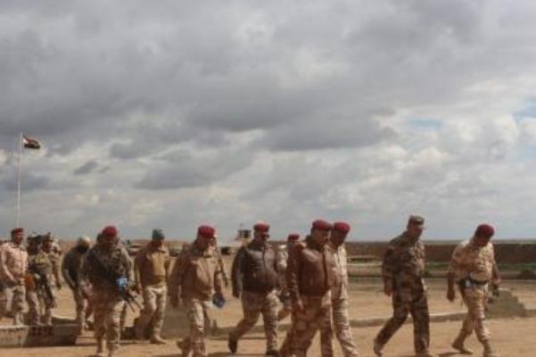 قادة عسكريون عراقيون يتفقدون الإجراءات العسكرية الاحترازية على الحدود مع سوريا