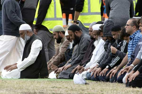 أشخاص يصلّون خلال جنازة حاجي محمد داود نبي، إحدى الضحايا الخمسين لقاتل المسجدين، في كرايست تشيرش بتاريخ 20 مارس