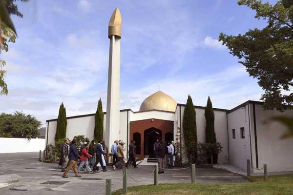 مصلّون يدخلون إلى مسجد النور في كرايست تشيرش في جنوب نيوزيلندا عند إعادة فتحه في 23 مارس 2019 بعد ثمانية أيام على المجزرة التي أودت بخمسين مصليًا