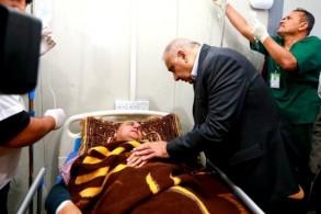 عبد المهدي متفقدا الناجين من غرق العبارة في بحيرة الموصل