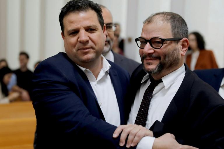 عضو الكنيست العربي الإسرائيلي أيمن عودة (يسار) مع عضو القائمة العربية اليهودي عوفر كاسيف خلال جلسة استماع في المحكمة العليا في القدس في 13 آذار/مارس 2019