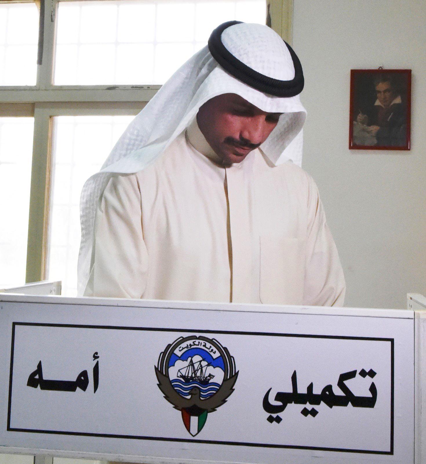رئيس مجلس الأمة الكويتي مرزوق الغانم مدليا بصوته - كونا