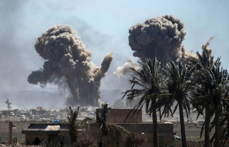 الدخان يتصاعد فوق معقل تنظيم الدولة الاسلامية في الباغوز في شرق سوريا في 18 مارس 2019.