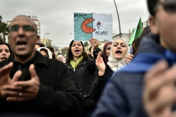 متظاهرون في مدينة بجاية شرق العاصمة الجزائرية للمطالبة برحيل الرئيس عبد العزيز بوتفليقة