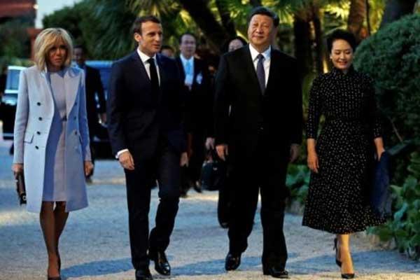 الرئيس الفرنسي إيمانويل ماكرون (الثاني من اليسار) وزوجته بريجيت (يسار) يستقبلان الرئيس الصيني شي جينبينغ (الثاني من اليمين) وزوجته بينغ ليوان لدى وصولهما إلى فيلا كيريلوس في بوليو سور مير قرب نيس على ساحل الكوت دازور في جنوب فرنسا في 24 مارس 2019