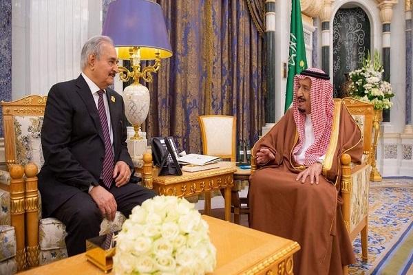 الملك سلمان خلال استقباله قائد الجيش الليبي المشير خليفة حفتر
