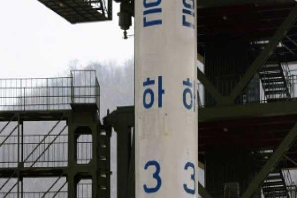 صاروخ أونها-3 في محطة سوهاي لإطلاق الأقمار الصناعية في تونغشانغ-ري في كوريا الشمالية في 8 أبريل 2012