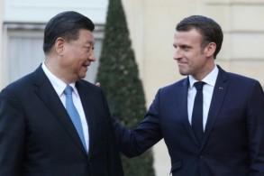 الرئيس الفرنسي إيمانويل ماكرون (يمين) مستقبلا نظيره الصيني في الإليزيه