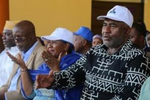رئيس جزر القمر غزالي عثماني ملقياً التحية على مؤيديه في 27 آذار/مارس 2019 بعد إعادة انتخابه التي ترفضها المعارضة
