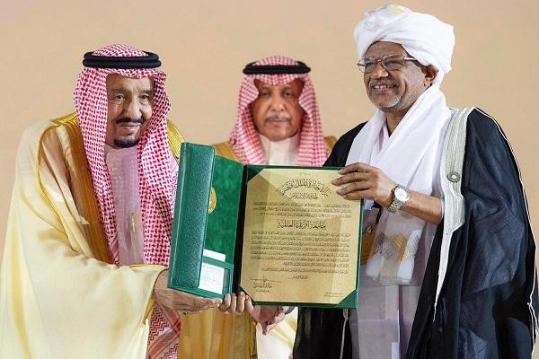 الملك سلمان بن عبد العزيز يسلم الفائزين جائزة الملك فيصل العالمية