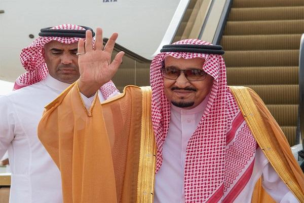 العاهل السعودي الملك سلمان بن عبد العزيز خلال مغادرته البحرين