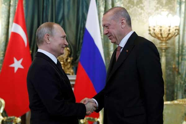 الرئيس الروسي فلاديمير بوتين يصافح نظيره التركي رجب طيب أردوغان قبيل عقد لقاء في الكرملين في موسكو في 8 إبريل 2019