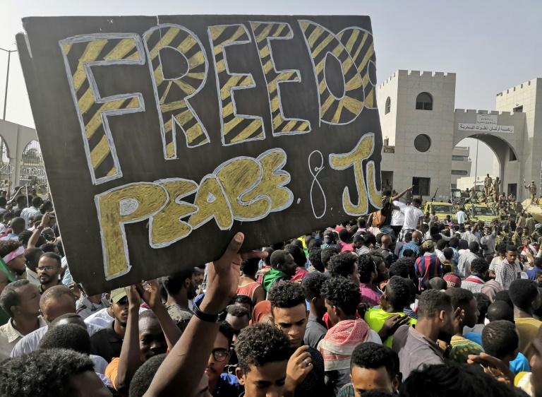 متظاهرون سودانيون أمام مقر قيادة الجيش في الخرطوم في 11 ابريل 2019.