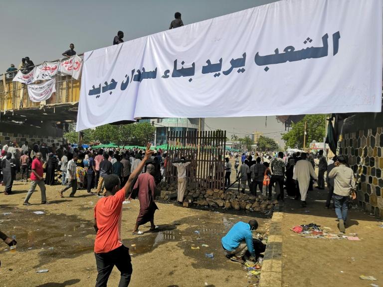 المتظاهرون السودانيون خارج مقر القيادة العامة للجيش في الخرطوم بتاريخ 10 نيسان/ابريل 2019