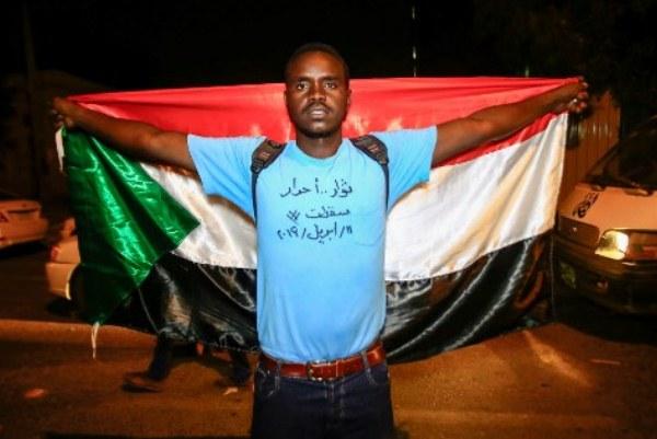 متظاهر سوداني ضد استلام الجيش السلطة